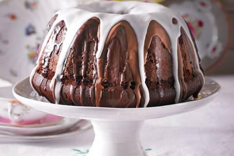 """""""Wunderbar schokoladig, der Teuig so schön locker und wirklich einfach zu machen: Ich habe meinen kleinen Liebling auch schon öfter zum Geburtstag verschenkt - gern etwas abgewandelt, etwa mit gehackten Walnusskernen drin oder Kaffee-Geschmack."""" - Frauke Pien Zum Rezept: Schoko-Gugelhupf"""