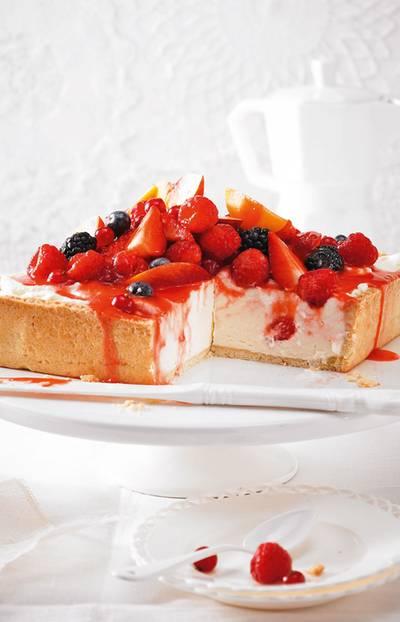 Ob eckig wie hier oder rund: Diese Tarte ist Kuchen in Bestform. Zum Rezept: Beeren-Schoko-Mousse-Tarte
