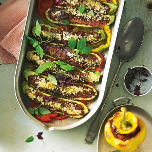 Außen Zucchini und Paprika, innen u. a. Hack, nussiger, vitaminreicher roter Reis und scharfe marokkanische Harissa-Paste. Zum Rezept: Gefülltes Gemuse mit Reis