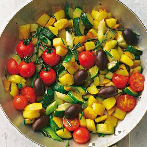 Typisch Provençe:  Kartoffeln, Zucchini, Kirschtomaten und Oliven werden mit Rosmarin abgeschmeckt. Dazu servieren wir Kräuterquark. Zum Rezept: Provenzalische Pfanne