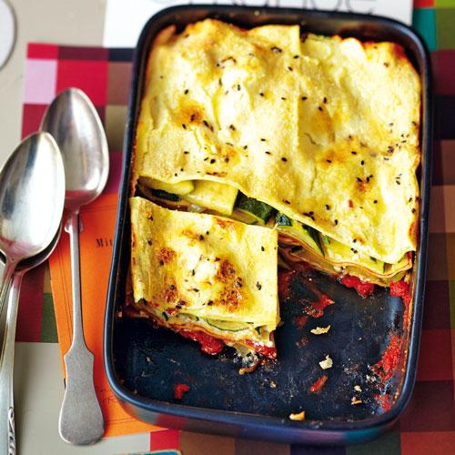 Bringt schnell die Energie zurück: Die Zucchini-Lasagne mit Ricotta stärkt die Muskeln mit schnellen Kohlenhydraten und Molkeeiweiß. Direkt nach dem Sport auftischen! Zum Rezept: Zucchini-Lasagne mit Ricotta