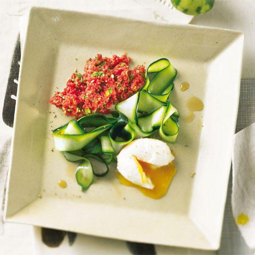 Das Auge isst mit: Hier trifft hauchdünn gehobelte grüne Zucchini auf rohes Tatar und pochiertes Ei - farbenfroh und leicht. Zum Rezept: Beef Tatar mit Zucchini
