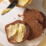 Dick mit Butter bestrichen einfach herrlich! Eine Flasche Malzbier macht das Brot schön kräftig im Geschmack.  Zum Rezept: Friesisches Kuchenbrot