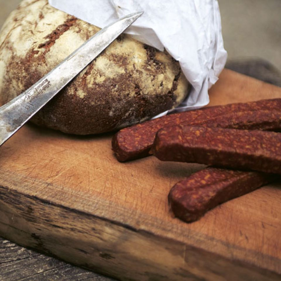 Unser Graubrot hat Biss und Aroma - kein Vergleich zu den labbrigen Teigklumpen, die man bei vielen Bäckern bekommt. Kümmel macht's besonders würzig! Zum Rezept: Graubrot