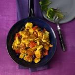 Kaiserschmarrn kann nicht nur süß. Dieser Schmarrn schmeckt herzhaft gut - mit Maisgrieß, Paprika und Oliven. Zum Rezept: Polenta-Schmarrn