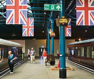 Das ist nicht der Bahnhof von York, sondern das fabelhafte Eisenbahnmuseum, mit Waggons aus Zeiten, als Zugfahren noch Abenteuer war