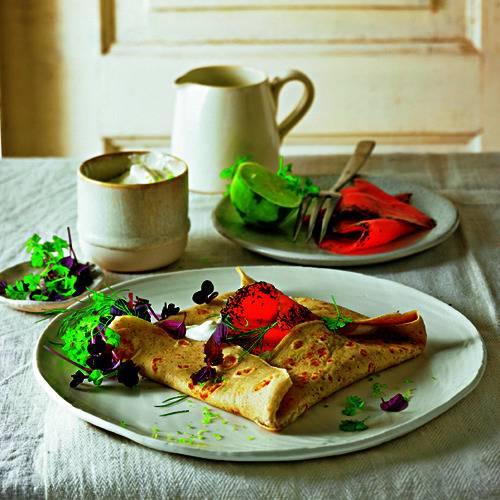 Die Galette ist eine Buchweizenmehl-Köstlichkeit aus der Bretagne - und in dieser Kombi schlichtweg der Hammer. Zum Rezept: Galette mit Lachs und Kräutern