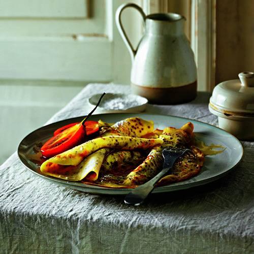 Von wegen hausbacken! Hier wird der Klassiker um zwei trendige Südamerikaner bereichert: super gesunde Quinoa-Körner und die leicht bittere Baumtomate Tamarillo. Zum Rezept: Quinoa Pfannkuchen mit Tamarillos und Honig