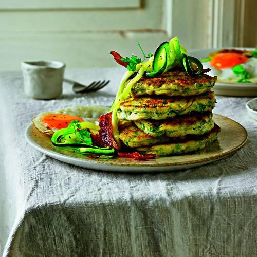 Die US-Style-Pfannkuchen sind dicker, was am Einsatz von Backpulver liegt. Und während man sie drüben eher morgens genießt, machen wir sie Lunch-fein. Zum Rezept: Kräuter Pancake mit Zucchini und Bacon
