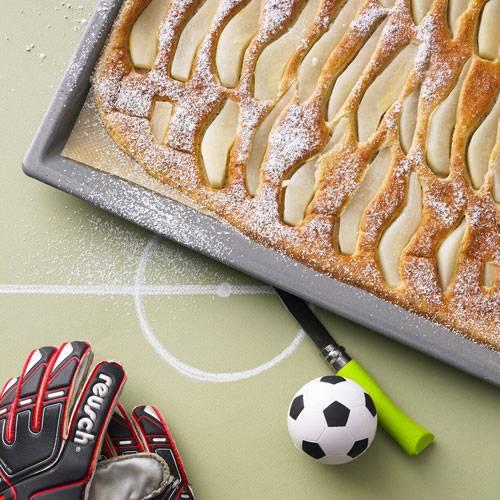 Pfannkuchen vom Blech? Ja, das funktioniert - und spart reichlich Kalorien, weil ihr kein Bratfett braucht. (Wusstet ihr übrigens, dass ein Esslöffel Öl mehr als 80 Kalorien hat?) Wer mag, kann den Pfannkuchen auch mit Vollkornmehl zubereiten. So werden sie noch gesünder. Zum Rezept: Pfannkuchen mit Birnen