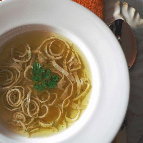 Mit Pfannkuchen kann man auch eine Suppe aupeppen: Einfach in Streifen schneiden, kurz vor dem Servieren auf den Teller geben und anschließend mit Brühe übergießen.  Zum Rezept: Consommé Célestine - Kraftbrühe mit Pfannkuchenstreifen