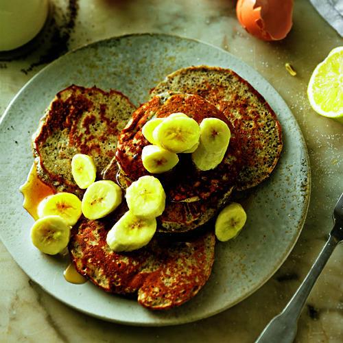 Zitronen-Mohn-Blini mit Banane und Ahornsirup