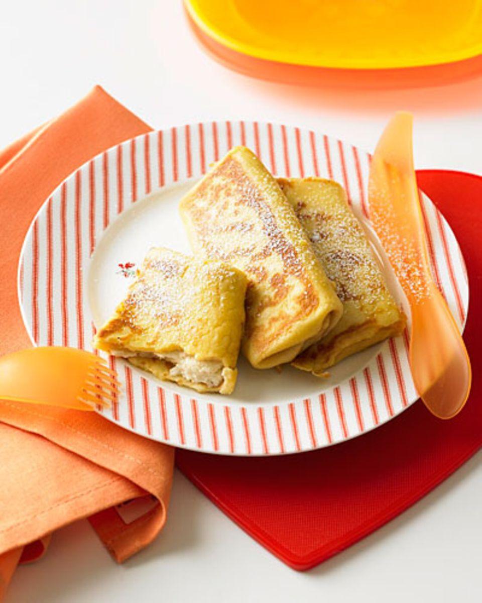 Blintzes sind dünne, gefüllte Pfannkuchen. Das Rezept stammt ursprünglich aus Russland. Dank der Füllung aus Quark und Honig sind sie garantiert bli(n)tzschnell in hungrigen Kindermäulern verschwunden - vor allem wenn ihr sie mit Kirschen oder Konfitüre serviert. Zum Rezept: Blintzes mit Quark-Honig-Füllung