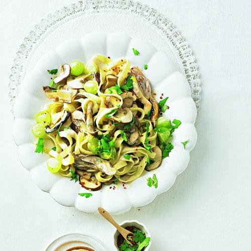 Tagliatelle, Pilze und Trauben