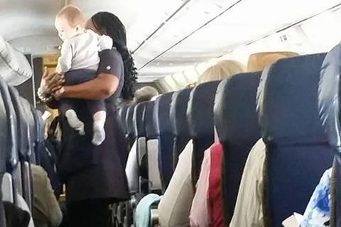Erster Flug mit Baby: Diese Flugbegleiterin tut wirklich alles für Familien