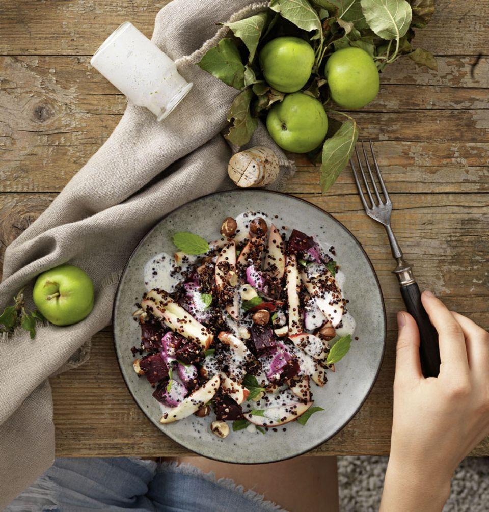 Der Apfel-Quinoa-Salat wird mit einem Kokosmilch-Pfefferminz-Dressing verfeinert und ist komplett vegan. Zum Rezept: Apfel-Quinoa-Salat