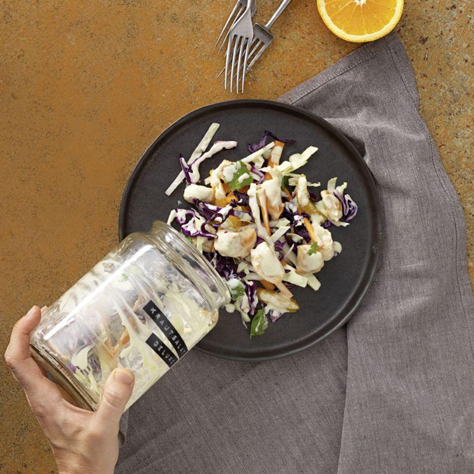 Coleslaw ist das englische Wort für Krautsalat. In dieser Variante wird er mit Weiß- und Rotkraut gemacht. Dazu gibt's Hähnchen. Typisch für Coleslaw: das rahmige Dressing. Zum Rezept: Coleslaw