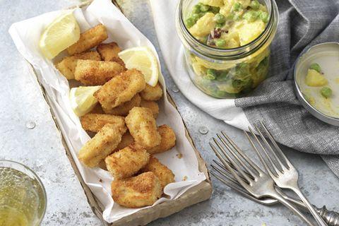 Dieser Salat erinnert an London und die große Auswahl an herrlichen Fish and Chips-Läden. Aber warum nicht einmal ganz anders ... Zum Rezept: Fish and Chips im Glas