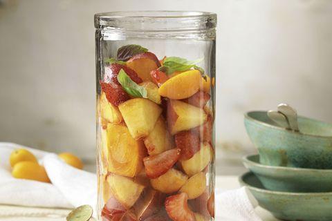 Selbst wenn die Farbkombination uns eher an etwas Herzhaftes denken lässt, der Geschmack des süßen Basilikumdressings passt wie der Deckel auf das Glas. Zum Rezept: Exotischer Nudelsalat
