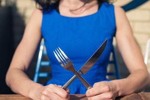 In diesem Ranking bezwingt guter Geschmack gesundheitliche Risiken: Neben ihrer Liebe zu Pasta pflegen die Deutschen eine außerordentliche Hingabe zu Fleisch. Laut einer Umfrage des Meinungsforschungsinstituts Forsa stehen bei satten 83 Prozent Wurst und Fleisch mehrmals pro Woche auf dem Speiseplan. Dabei entscheiden sich Männer häufiger für Schnitzel, Rouladen und Co. auf dem Teller. Lediglich sechs Prozent der Frauen und 1 Prozent der männlichen Befragten gaben an, Vegetarier zu sein. Was uns sonst noch schmeckt? Der Ernährungsreport 2016 macht Appetit auf Antworten: Hier die Top-Ten der Lieblingsgerichte in Deutschland.