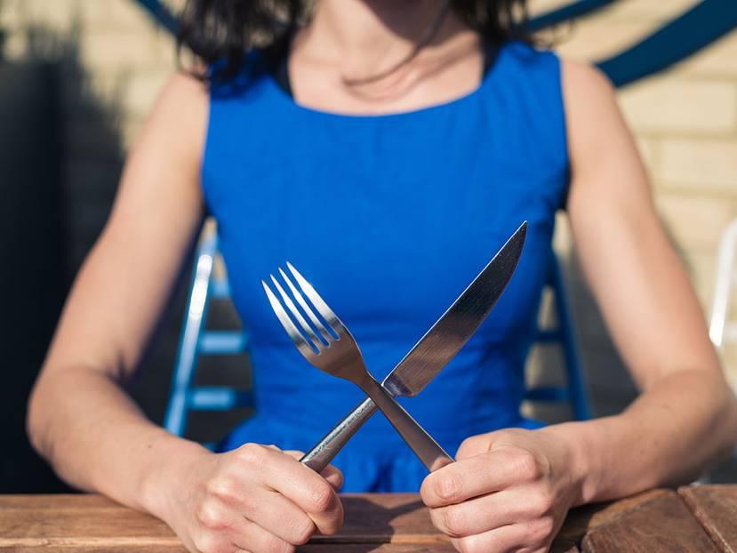 Geschmackssache: In diesem Ranking bezwingt guter Geschmack gesundheitliche Risiken: Neben ihrer Liebe zu Pasta pflegen die Deutschen eine außerordentliche Hingabe zu Fleisch. Laut einer Umfrage des Meinungsforschungsinstituts Forsa stehen bei satten 83 Prozent Wurst und Fleisch mehrmals pro Woche auf dem Speiseplan. Dabei entscheiden sich Männer häufiger für Schnitzel, Rouladen und Co. auf dem Teller. Lediglich sechs Prozent der Frauen und 1 Prozent der männlichen Befragten gaben an, Vegetarier zu sein. Was uns sonst noch schmeckt? Der Ernährungsreport 2016 macht Appetit auf Antworten: Hier die Top-Ten der Lieblingsgerichte in Deutschland.