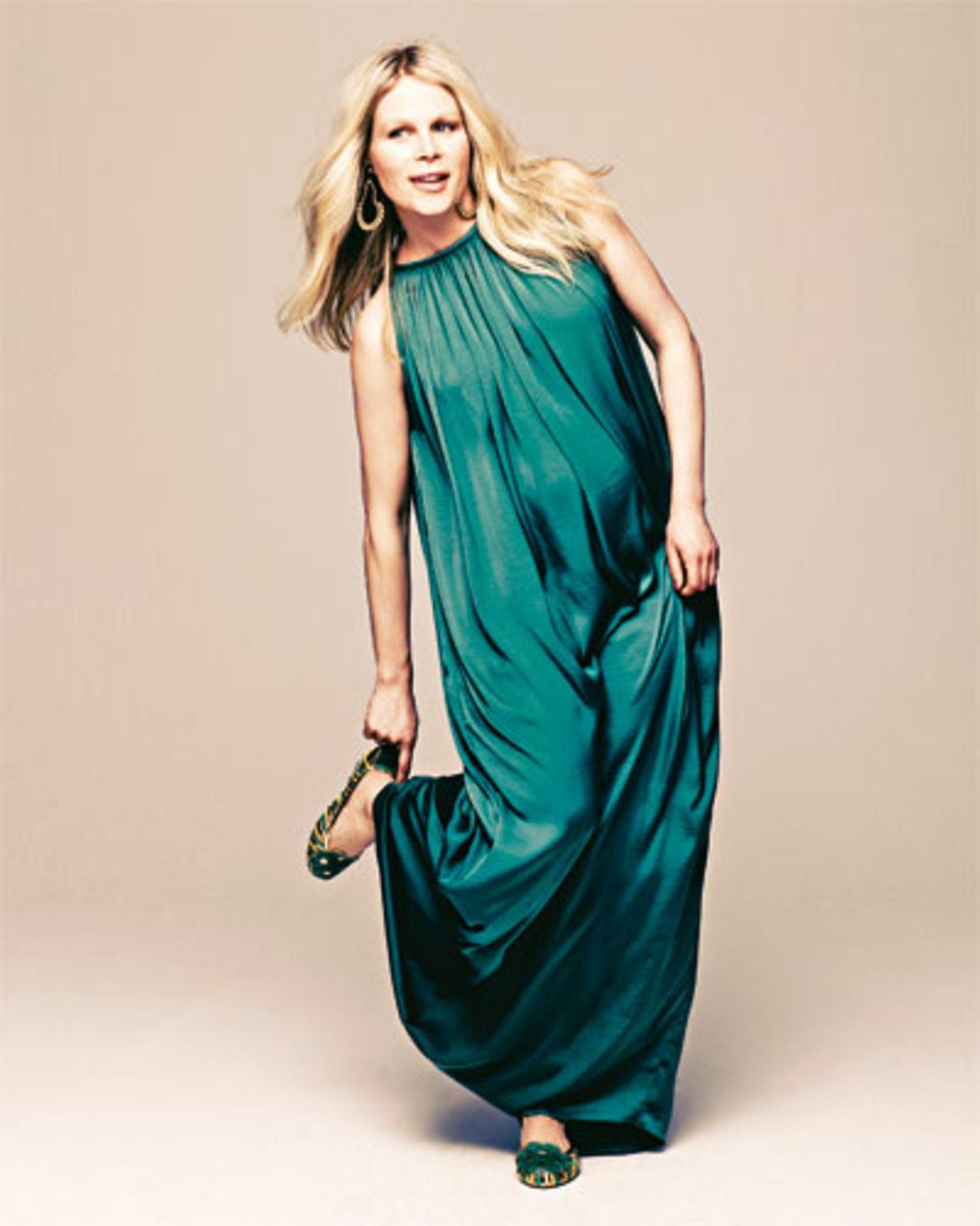 Perfekt für Sommerschwangerschaften: ein weites luftiges Kleid, das auch später ohne Bauch toll aussieht. Kleid: Hoss, ca. 110 Euro. Schuhe: Coje. Ohrringe: privat.