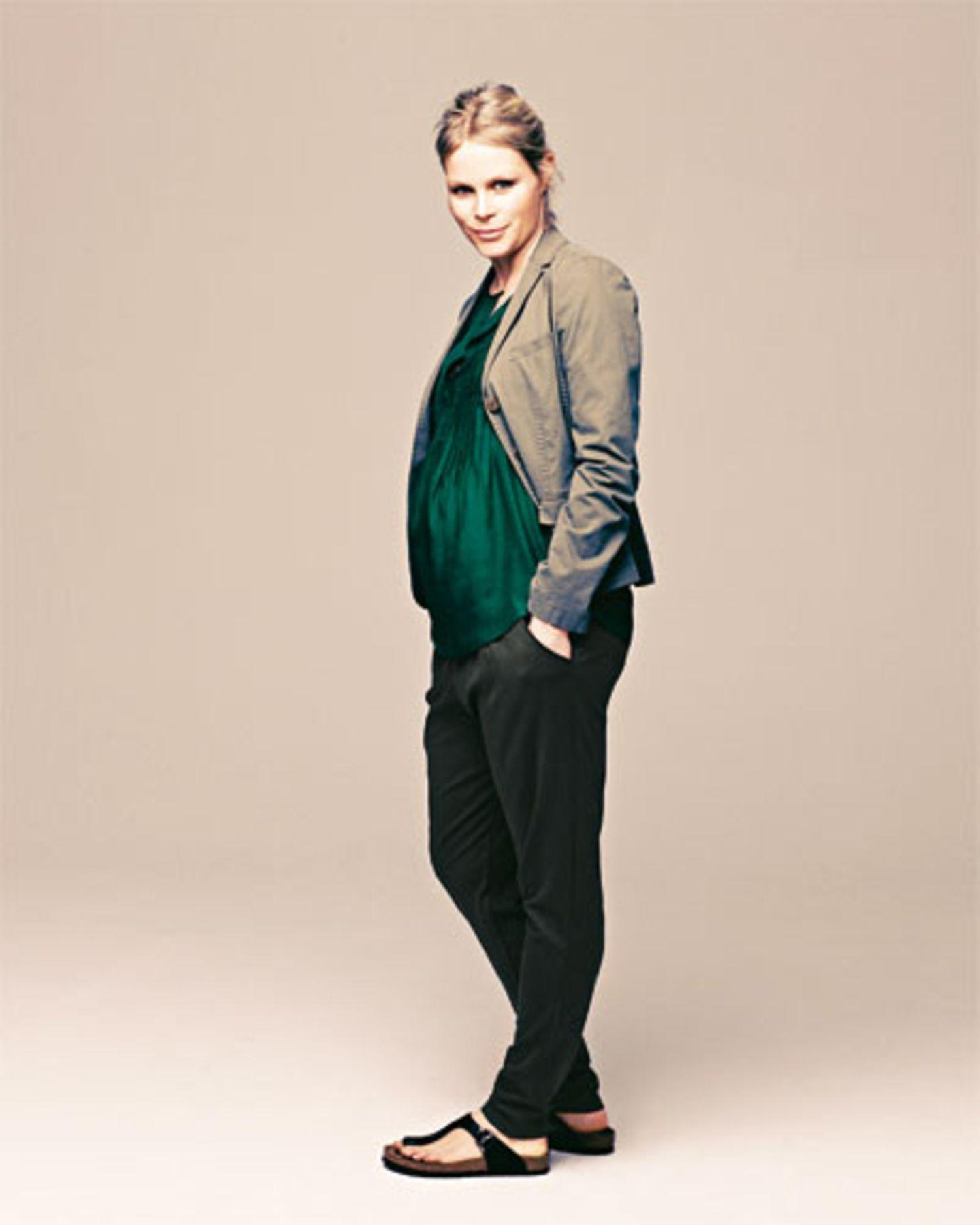 Ein Blazer definiert eine Taille, egal wie groß der Bauch schon ist. Blazer und Top: Windsor, ca. 400 und 280 Euro. Bequeme Jerseyhose für Schwangere: Mama-Licious, ca. 50 Euro. Schuhe: Birkenstock.