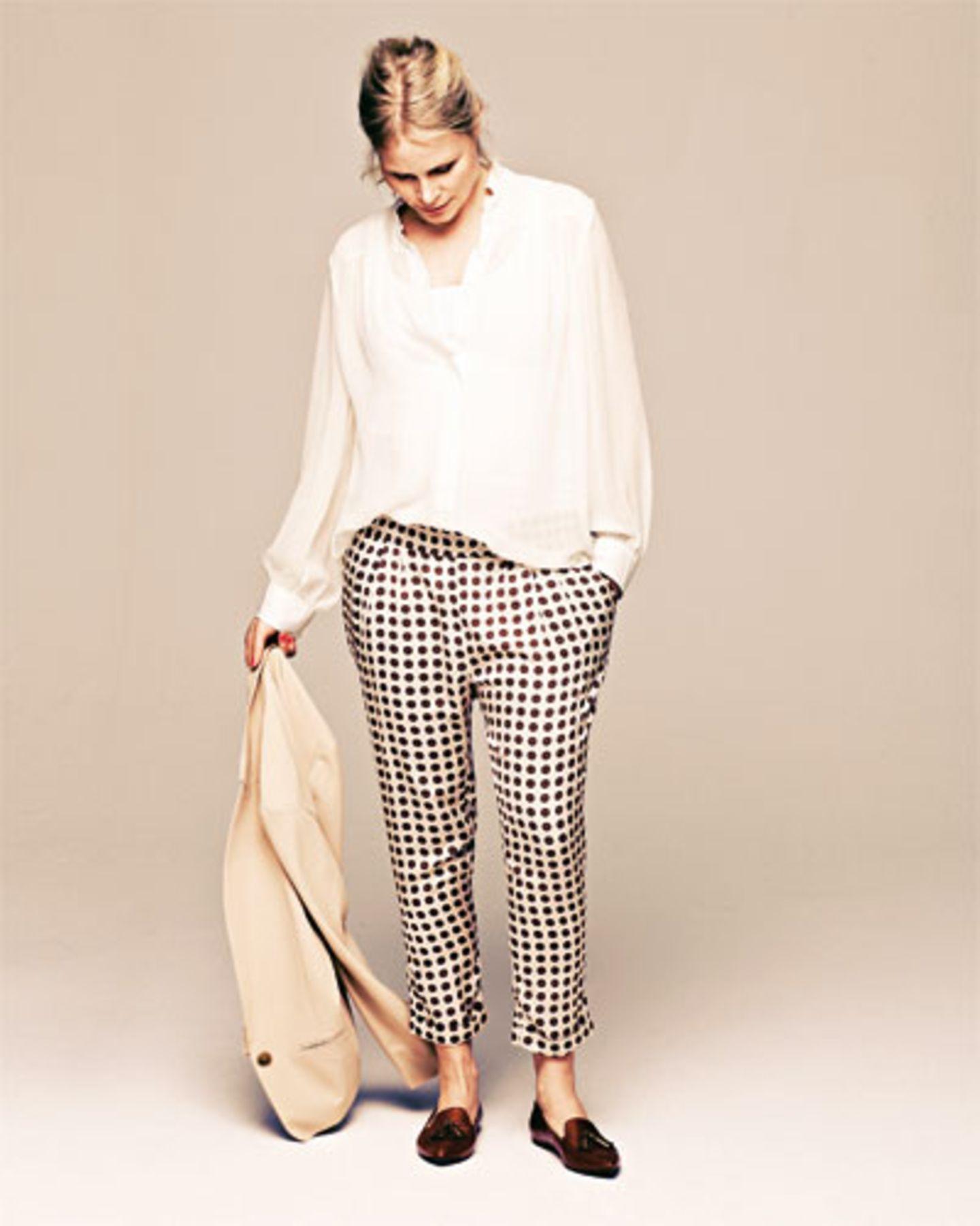 Hosen im Pyjama-Stil sind nicht nur gerade sehr modisch, sie passen dank Gummibündchen außerdem noch lange. Hose: Liu Jo, ca. 120 Euro. Sehr weite transparente Bluse: Strenesse, ca. 330 Euro. Top: Bellybutton, ca. 30 Euro. Blazer: Marc Cain, ca. 250 Euro. Schuhe: Vagabond.