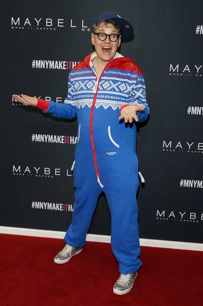 """Keine gute Party ohne Paradiesvogel. Rolfe alias Rolf Schneider beschrieb seinen Auftritt auf seiner Facebook-Seite so: """"ONE PIECE Jumpsuit Model Winter Sternflöckschen...  P.S. Mich kann man auch gerne mal als Plus Size Model buchen..."""""""