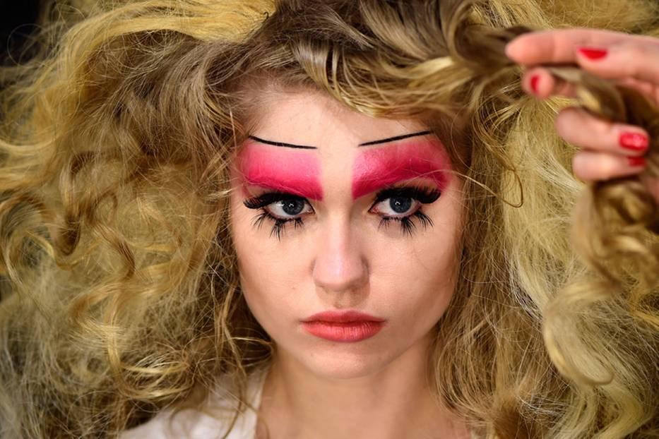 ...farbgewaltige Make-up-Kunstwerke, die von Maybelline auf der Eröffnungsshow der Fashion Week 2016 gezeigt wurden.