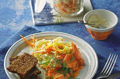 Sauerkraut ist ein regelrechter Diät-Booster. Er entschlackt und enthält nur wenige Kalorien und nahezu kein Fett. Dill-Lachs und ein leichtes Joghurt-Dressing machen daraus eine Delikatesse. Zum Rezept: Coleslaw mit Dill-Lachs