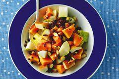 Köstliche Belohnung für Abnehmwillige: Früchte treffen auf Mandeln und Schokolade - Vitaminkick mit Biss. Zum Rezept: Schoko-Obstsalat