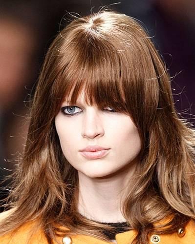 Sexy Frisuren: Sexy Frisur, weil: die Kombination aus langen Ponyfransen und welliger Mähne unwiderstehlich ist.