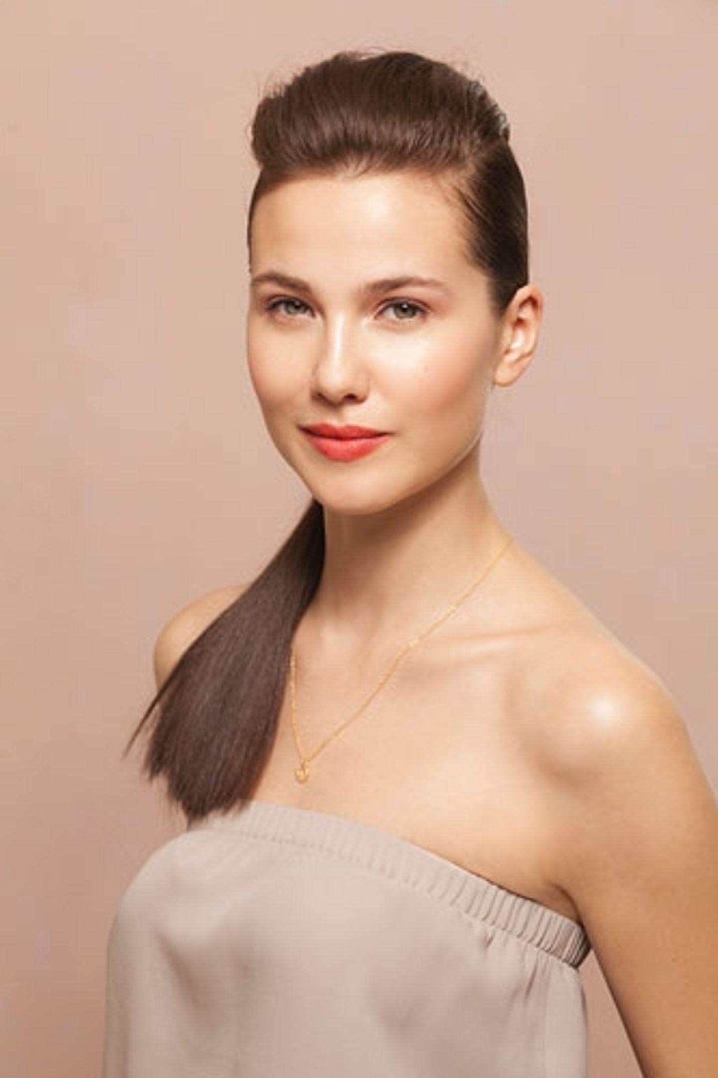 Sexy Frisur, weil: dieses Styling hohe Wangenknochen unschlagbar betont.