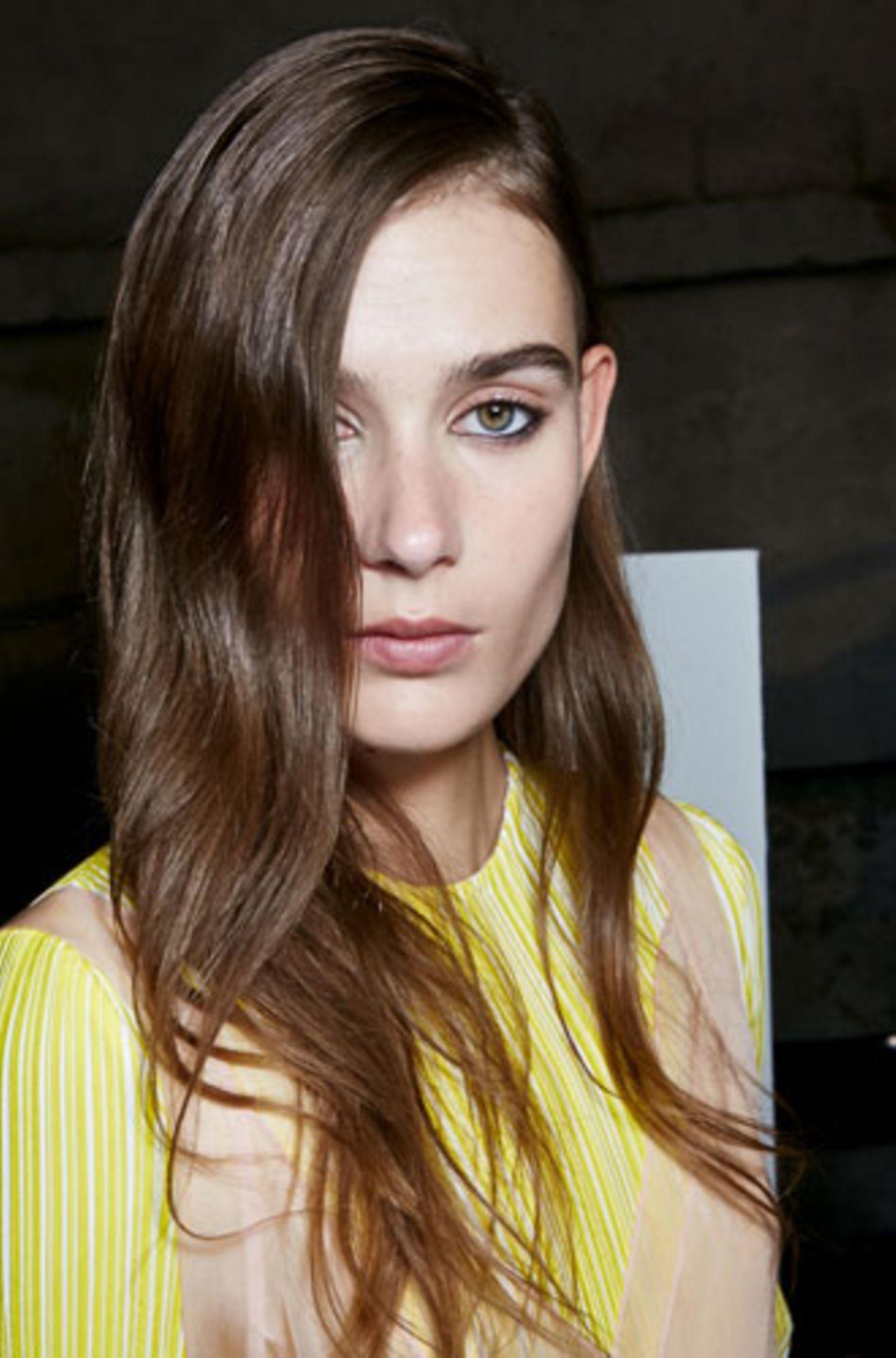 Sexy Frisur, weil: ein extremer Seitenscheitel uns eine Tolle schenkt, die sich geheimnisvoll über unseren Blick senkt.