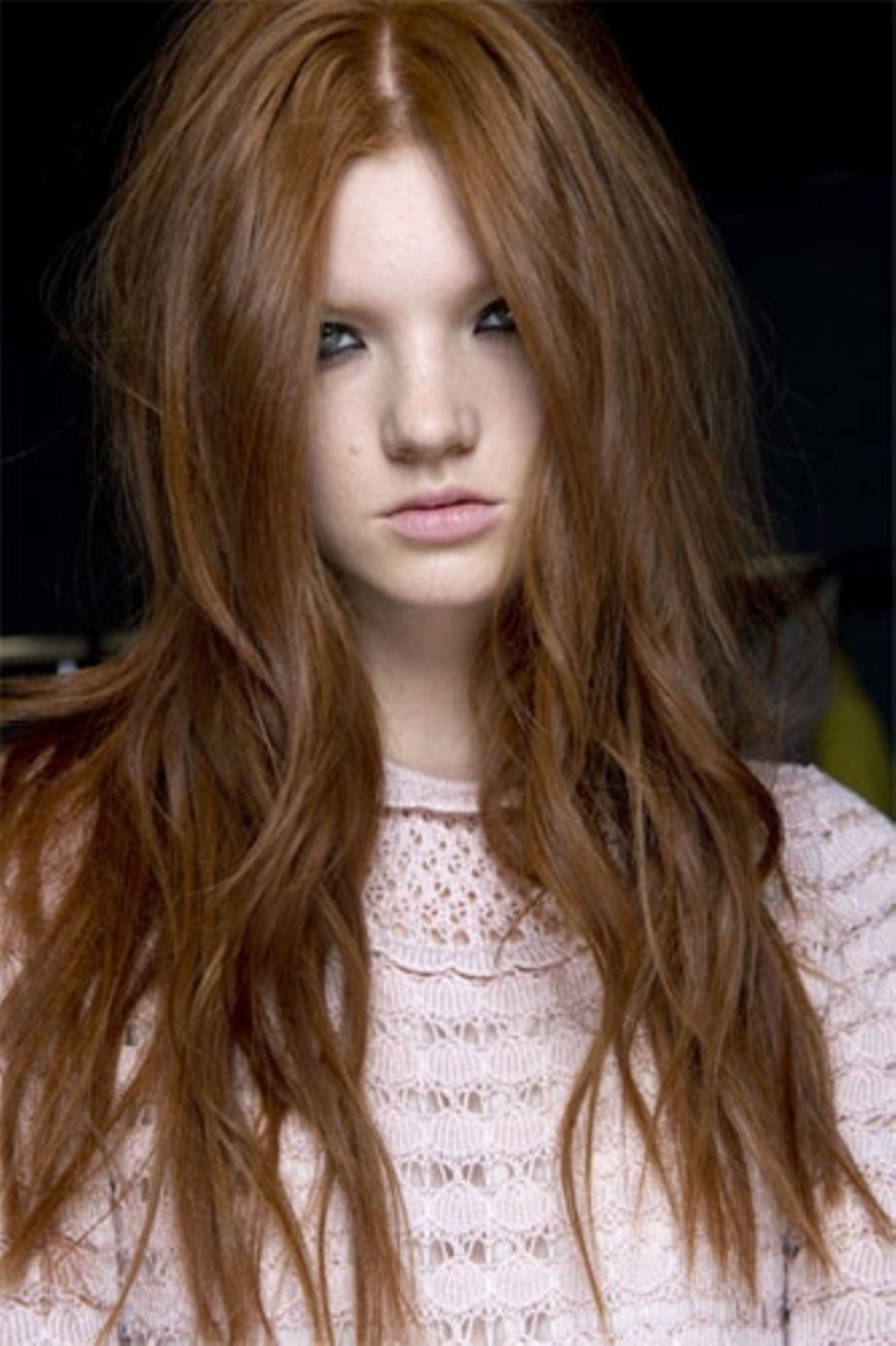 Sexy Frisur, weil: eine lange, dicke, rote, gewellte Mähne eine Naturgewalt ist.