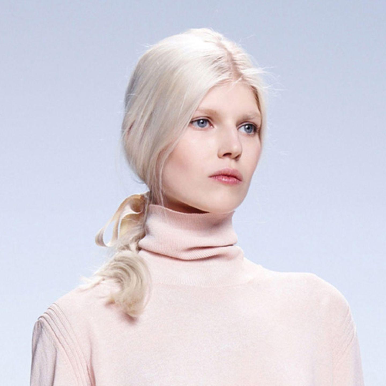 Sexy Frisur, weil: ein unschuldiger Zopf so viele Meta-Ebenen transportieren kann.