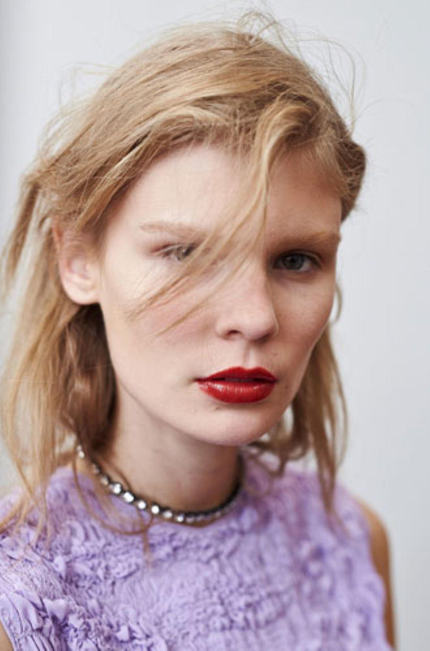 Sexy Frisur, weil: einzelne Strähnen, die ins Gesicht fallen, ganz einfach verführerisch wirken können.