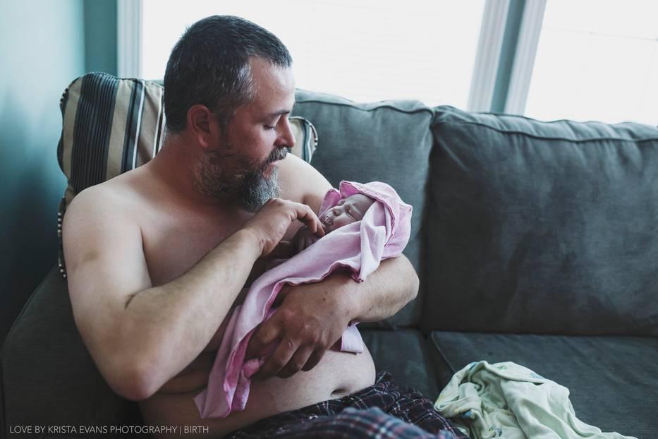 Geburt: Über 50 Geburten hat die Fotografin Krista Evans bereits begleitet, doch immer wieder ist sie fasziniert von der besonderen Atmosphäre und den Glücksgefühlen, die frisch gebackene Eltern überschwemmen. In dieser Serie hat sie sich auf die Väter konzentriert, die ja eher eine Nebenrolle spielen bei einer Geburt. Doch sobald das Kind da ist, ist sie auch bei ihnen voll da: die neue Liebe zu diesem winzigen Wesen. Und es ist nicht zu übersehen. Wir zeigen 14 bezaubernde Daddy-Bilder aus dieser Reihe - schwelgt mit uns. Mehr über Krista Evans und ihre Arbeit erfahrt ihr auf ihrer Facebook-Seite.