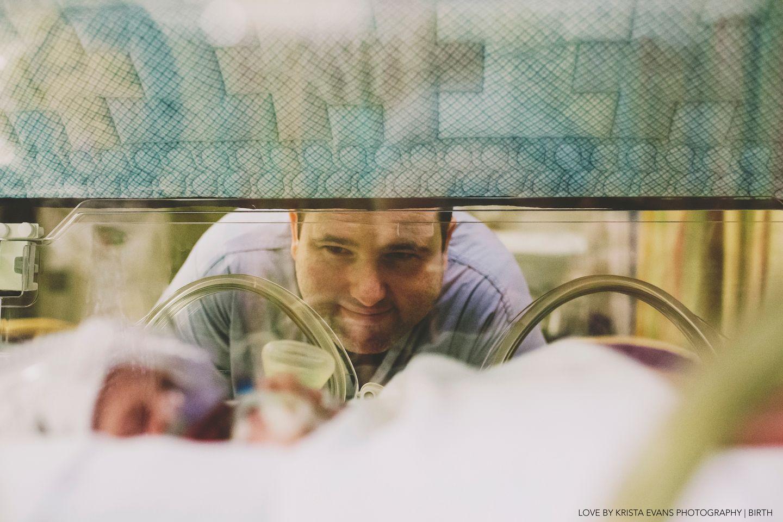 Direkt nach der Geburt: Diese 14 Bilder zeigen die tiefe Liebe von Vätern zu ihren Kindern
