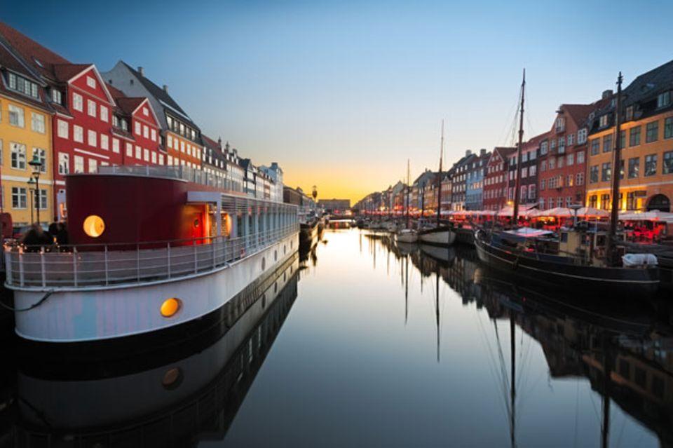 Schiffe im Hafen Nyhavn in Dänemarks Hauptstadt Kopenhagen.