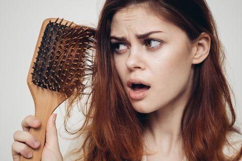 Frau bürstet sich die Haare