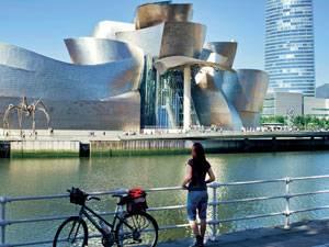 Radtour: Unsere Autorin vor Bilbaos berühmten Guggenheim-Museum.