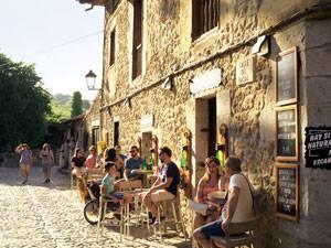 Radtour: In Santillana del Mar in der Sonne sitzen und das Leben genießen.