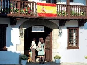 Radtour: In Santillana del Mar lohnt es sich, mal vom Rad zu steigen und zu Fuß zu gehen. Die Häuser aus dem Mittelalter sind zu schön, um sie links liegen zu lassen.