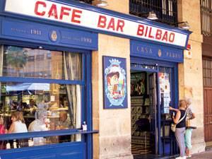 Radtour: An der Plaza Nueva in Bilbao lockt eine Bar nach der anderen.