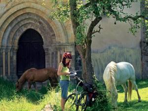 Radtour: Vom Kloster San Antolín de Bedón ist nur noch die Kirche erhalten.