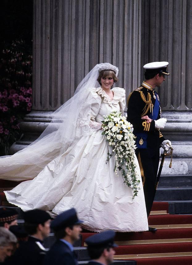 Blind Vor Liebe 12 Echt Schrage Promi Hochzeitskleider Brigitte De
