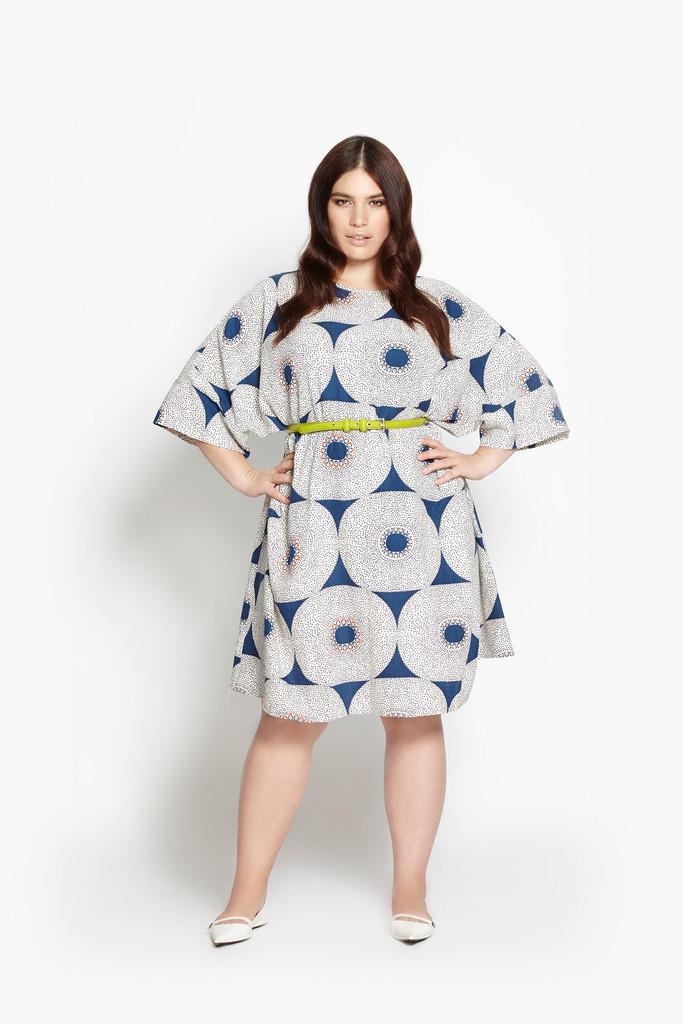 XL-Statement: Das ausgestellte Kleid mit Sixties-Print und weiten Ärmeln kostet rund 179 Euro.