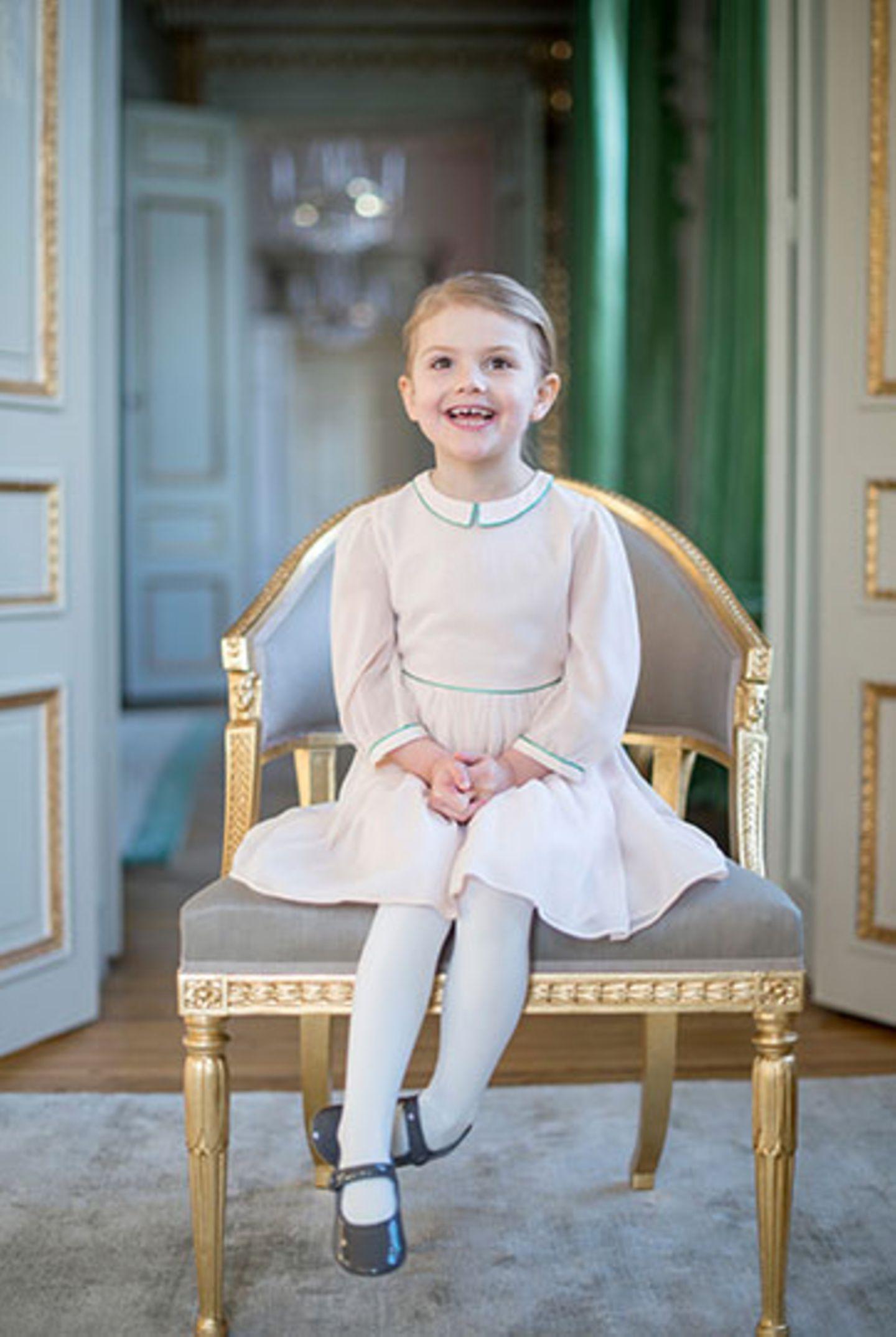 Also: Egal, wie man generell so zu Königshäusern steht, und ob man sich für den europäischen Adel interessiert: Das ist ein wahnsinnig niedliches Foto von einer bezaubernden Vierjährigen! Prinzessin Estelle ist nun tatsächlich schon vier Jahre alt - und freut sich wie eine Schneekönigin, wie man auf diesen neu veröffentlichten Fotos erkennen kann. Die weiteren Motive - jetzt oben aufs Foto klicken!